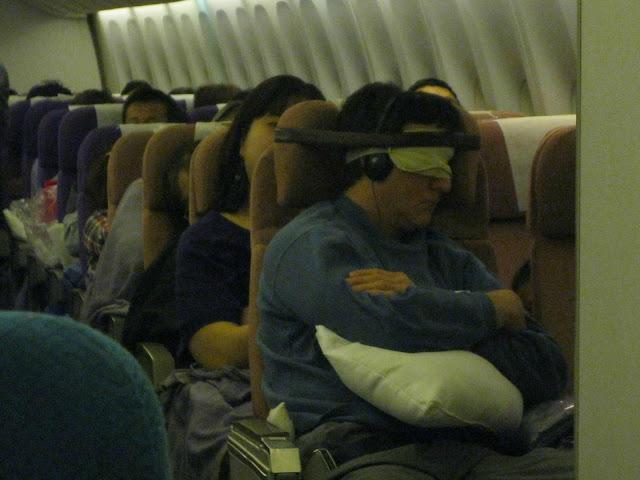 MacGyver dormindo no avião