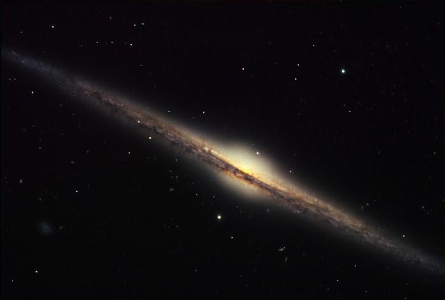 Đây là hình ảnh về thiên hà NGC 4565, đây là lý do tại sao rất khó để phân biệt được những cấu trúc của Ngân Hà. Thiên hà này và Ngân hà của chúng ta khi quan sát sẽ như thế này, cạnh và những cánh tay của nó nằm chồng lên nhau và phần bên trong thì bị phần bên ngoài che mất, cùng với bụi làm mờ đi phần trung tâm. Credit : ESO.