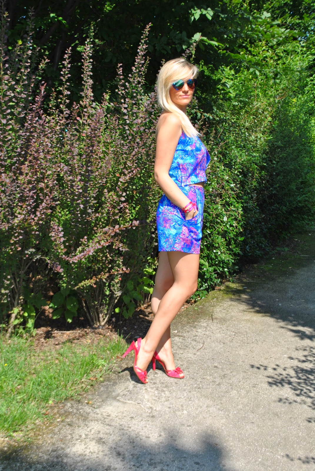 outfit two pieces floral print outfit shorts a fiori e top a fiori outfit scarpe fucsia abbinamenti scarpe fucsia come abbinare le scarpe fucsia bracciale modi e mode outfit luglio 2014 outfit estate 2014 outfit estivi outfit mariafelicia magno fashion blogger di colorblock by felym outfit fashion blogger bionde fashion blogger italiane fashion blogger milano