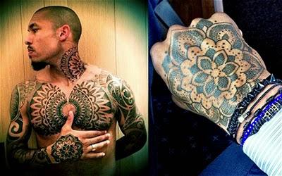 asal belanda ini memiliki tato berbentuk motif dimana si tukang tato