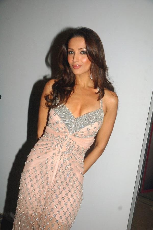 Malaika Arora Khan Gives A Sexy Pose looks Very Hot scratching her ass captured weird pics
