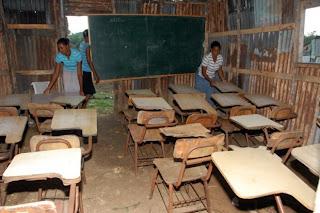 Niños reciben clases en una rancheta