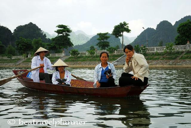 Vietnam - Barche per la pagoda dei Profumi