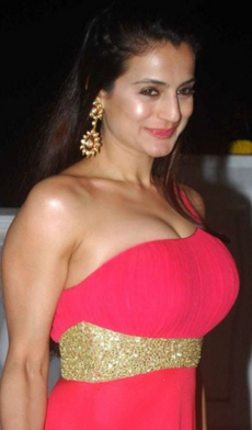Ameesha patel profile family wiki age affairs biodata for Amisha indian cuisine