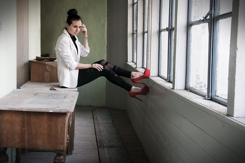 For Peet's Sake blog bandage mesh panel leggings red pumps high court shoes white blazer