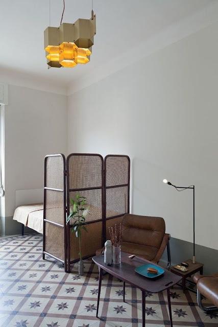 Italienisches Design in spartanischer Einrichtung in Berliner Wohnung: Wohnzimmer und Schlafzimmer