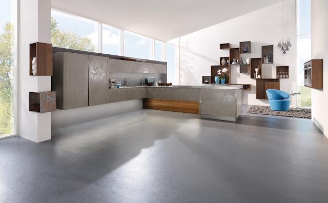 Cuisine design gris beige en céramique. Cuisine avec îlot et espace design déstructuré et meubles suspendus