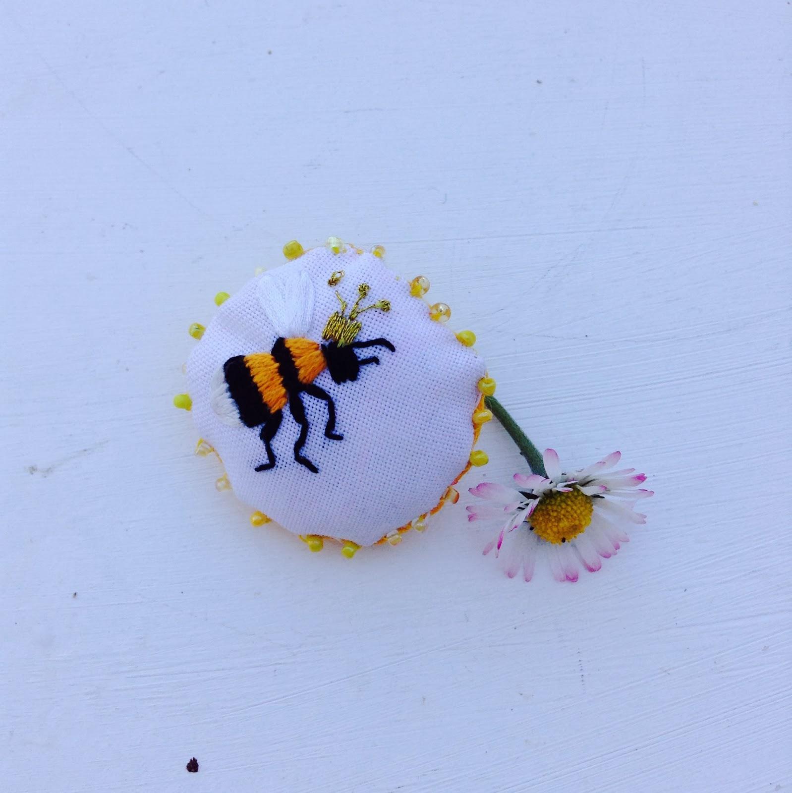 broche broderie abeille