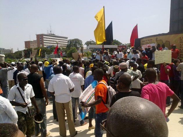"""Angola - Jovens afirmam: """"Ou José Eduardo muda de comportamento, ou sai do poder"""
