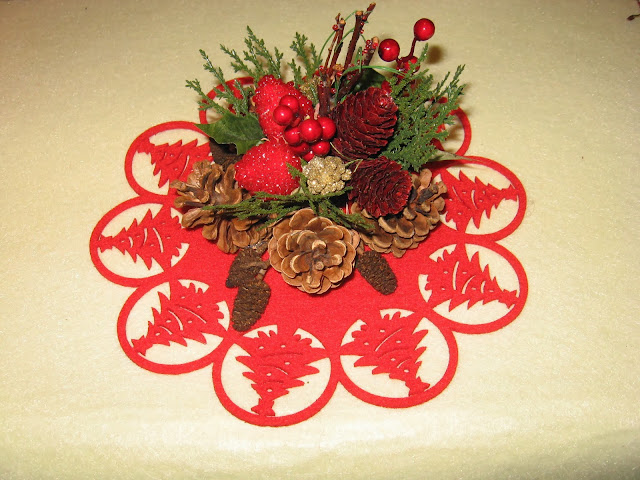 Krea e idea centrotavola natalizio for Centrotavola natale pigne