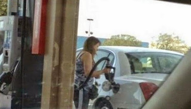 foto kelakuan bodoh manusia ketika mengisi minyak