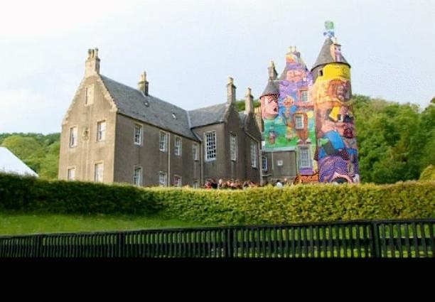 fachada com pinturas grafite, vários desenhos coloridos