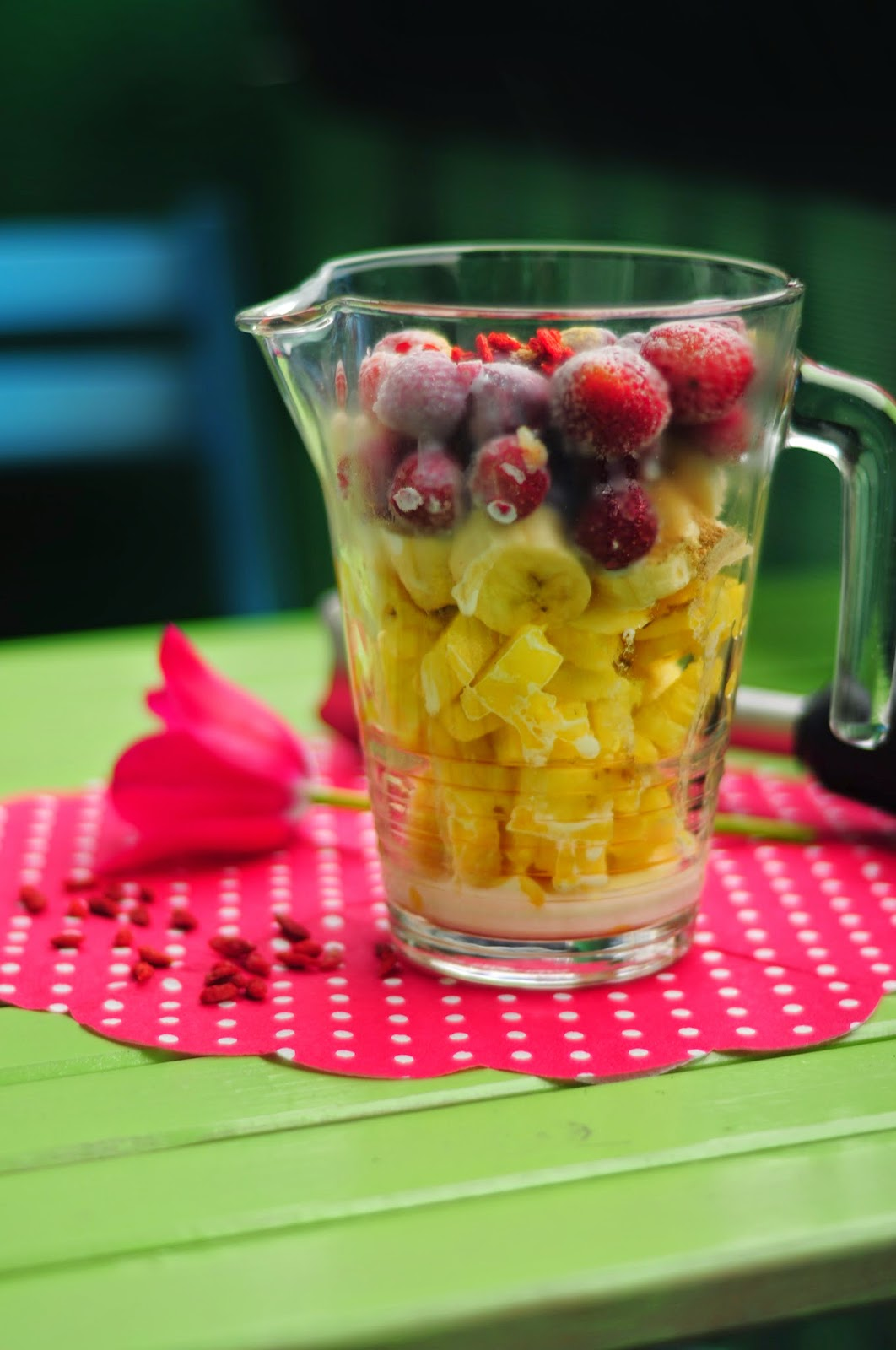 Koktajl z owoców Goji, ananas, banan, truskawki, wiosenne smoothie, zdrowotne odzywcze