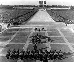 من هو هتلر؟