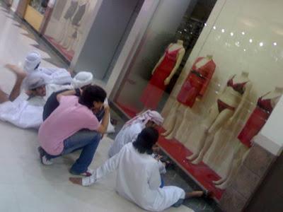 http://2.bp.blogspot.com/-lz0dS5wYcRk/Te7637TakEI/AAAAAAAAGQI/OFhCiDtT7uc/s1600/kedai+baju+dalam+arab+saudi4.jpg