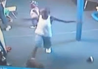 niño negro pegándole a bebes en guardería de EE.UU