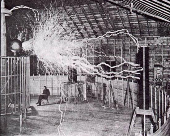 Nikola Tesla en su laboratorio en Colorado Springs hacia 1900