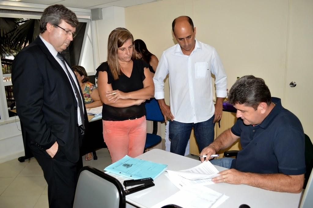 Prefeito Arlei e secretários de Meio Ambiente, André de Mello, e de Planejamento, Silvana Pires, recebem o gerente-geral da Caixa Econômica, Petrônio Garcia, para firmar contrato para criação do Plano de Resíduos Sólidos