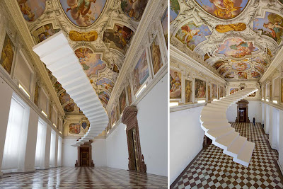 Лестница на небеса в холле музея. Дизайнеры Сабина Лэнг и Дениель Бауманн