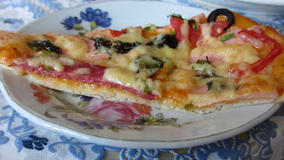 кусочек пиццы на тонком тесте