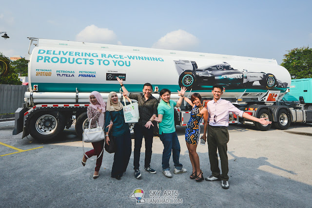 A quick photoshoot in front of the PETRONAS Tank that contains the new PRIMAX 97 Kathy, Fadilla, Saimatkong, Rebecca Saw and Ariff Shah
