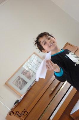 Pojke med pappersflygplan. foto: Reb Dutius