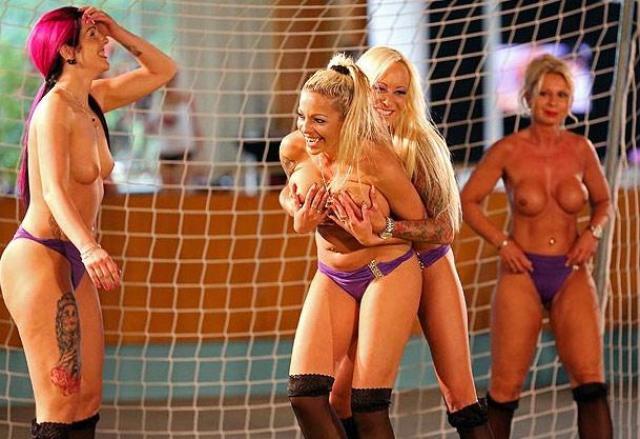 Mulheres Nuas Em Inusitado Campeonato De Futebol