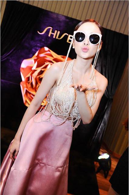 Angela Phương Trinh trên thảm đỏ Elle Awards tối 17.4.2015. Nữ diễn viên gây sốc bởi phần thân trên của bộ trang phục khiến người đối diện cảm giác cô quên nội y.