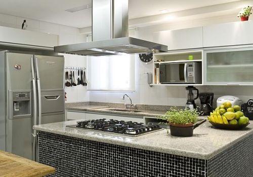 Cozinha americana com cooktop na ilha