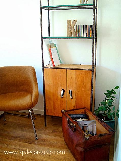 Decoración retro, estantería industrial, maletines de doctor y de médico antiguos, maletas de viaje vintage