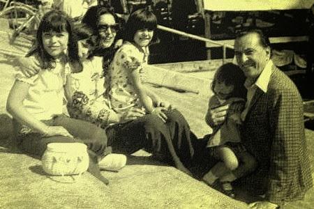 con su esposa e hijos