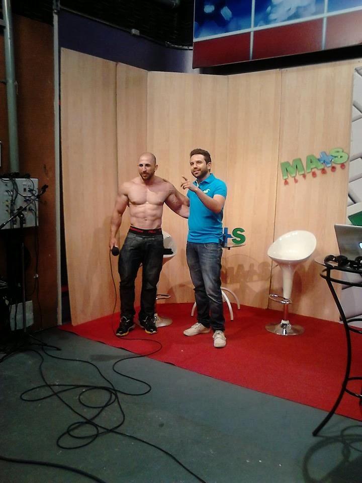 Jefferson Pereira tirou a camisa para mostrar o físico musculoso Foto: Reprodução