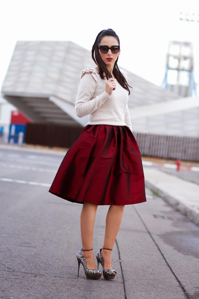 Outfit de Fiesta con falda roja midi con vuelo y peep toes con tacón de metal de Joaquim Ferrer