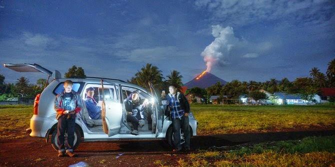 pecinta fotografi lava pijar Gunung Soputan