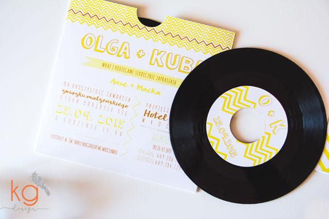 płyta winylowa, cytrynowe, zygzak, chevron, oryginalne, 7 cali, muzyczne zaproszenie, świeże, lata 80', nowoczesne, nietypowe, pomarańczowy, żółty, zaproszenie na muzyczny ślub, zaproszenie ślubne dla muzyków, zaporszenie ślubne na płycie winylowej, płyta winylowa 7 cali, 12 cali, gramofon, nowoczesne zaporszenia ślubne, wyjatkowe, ręcznie robione, hand made, oryginalne, nietypowe, artystyczne, najlepsze, humorystyczne, świeże, cytrynowe, z zygzakiem, chevron, oldschool, oldskul, okrągłe zaproszenia ślubne,