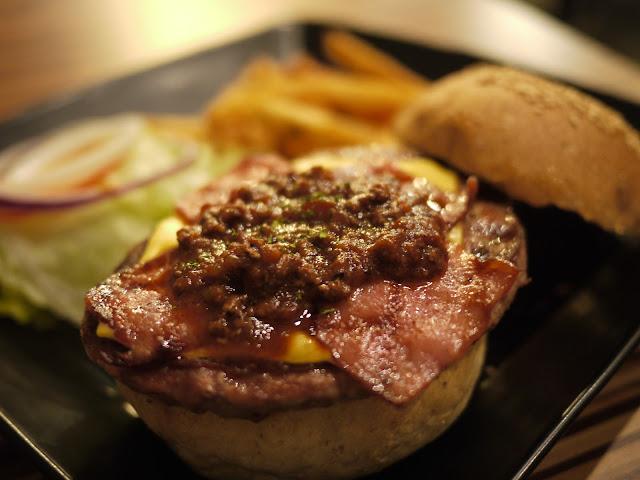 【台中美食體驗】艾可先生漢堡餐廳。嗆辣肉醬燒烤堡- 熊痞痞vs ...