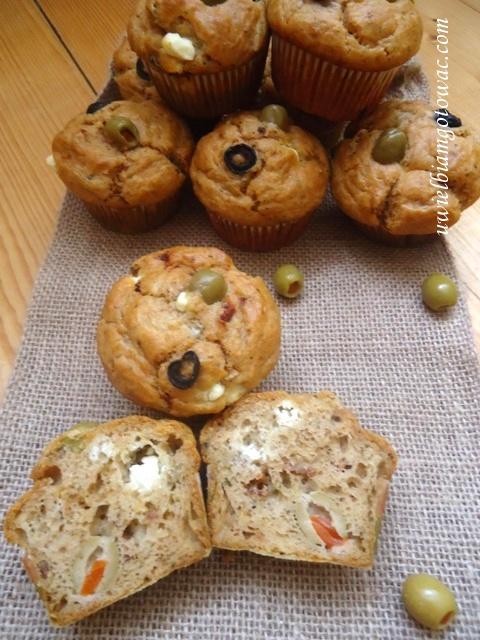Pikantne muffiny z oliwkami, fetą i suszonymi pomidorami