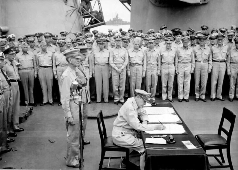 Ultimate Collection Of Rare Historical Photos. A Big Piece Of History (200 Pictures) - Douglas MacArthur signing the official Japanese surrender