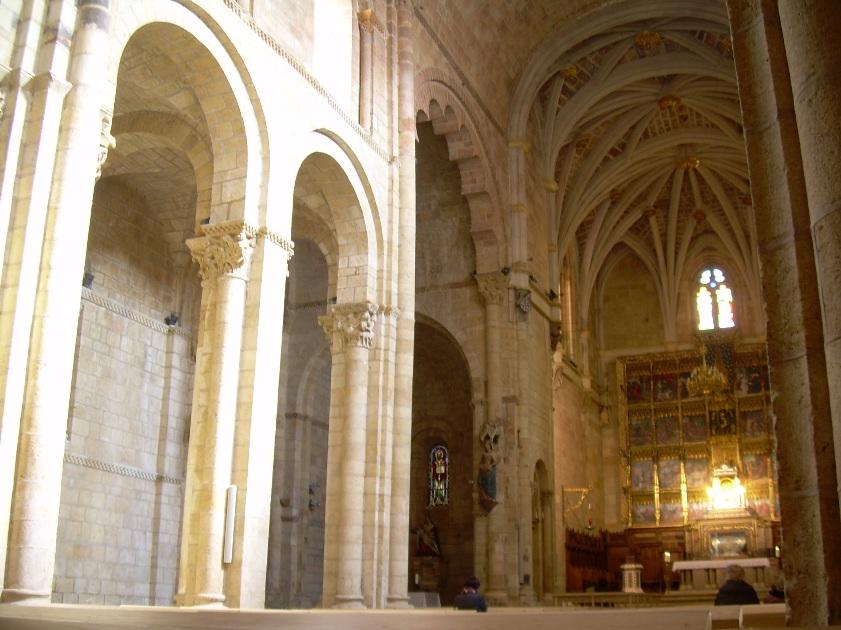 Tierras de castilla y le n le n ii colegiata de san for Interior iglesia romanica
