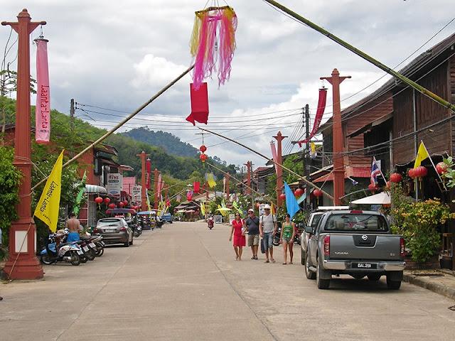 La rue commerciale de Lanta Town à Koh Lanta