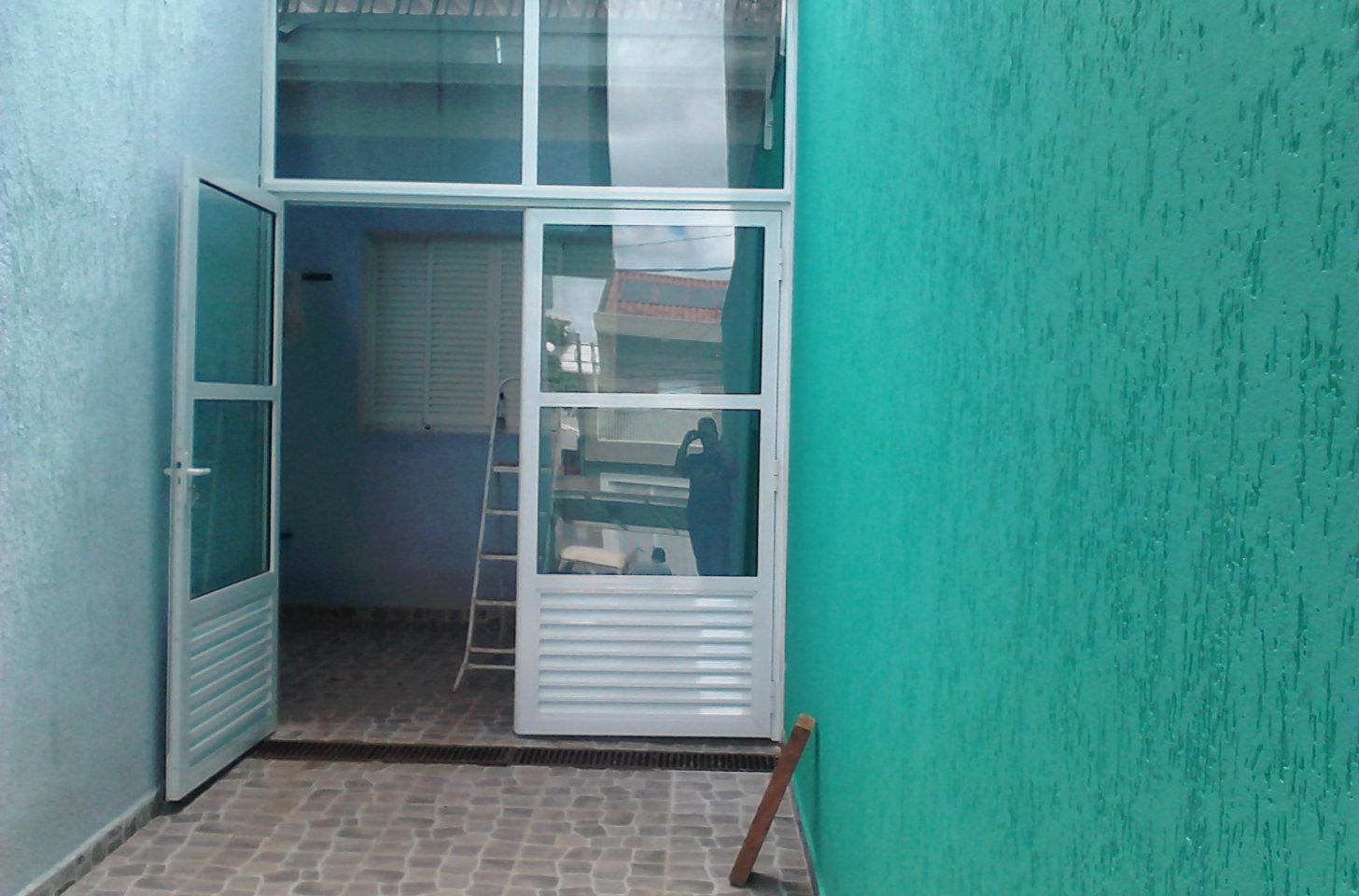 Porta de alumínio com vidro verde