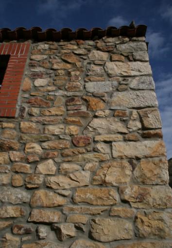Grieta en muro de piedra