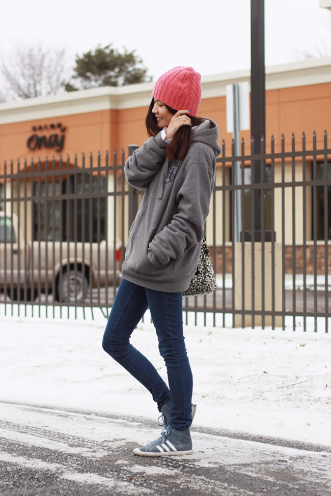 pink beanies, tommy hilfiger grey sweatshirt, hm skinny jeans, adidas grey sneakers, kate spade black and white printed purse, fashion blogger outfit, causal street style