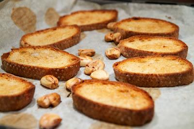 paahdettua leipää ja valkosipulia