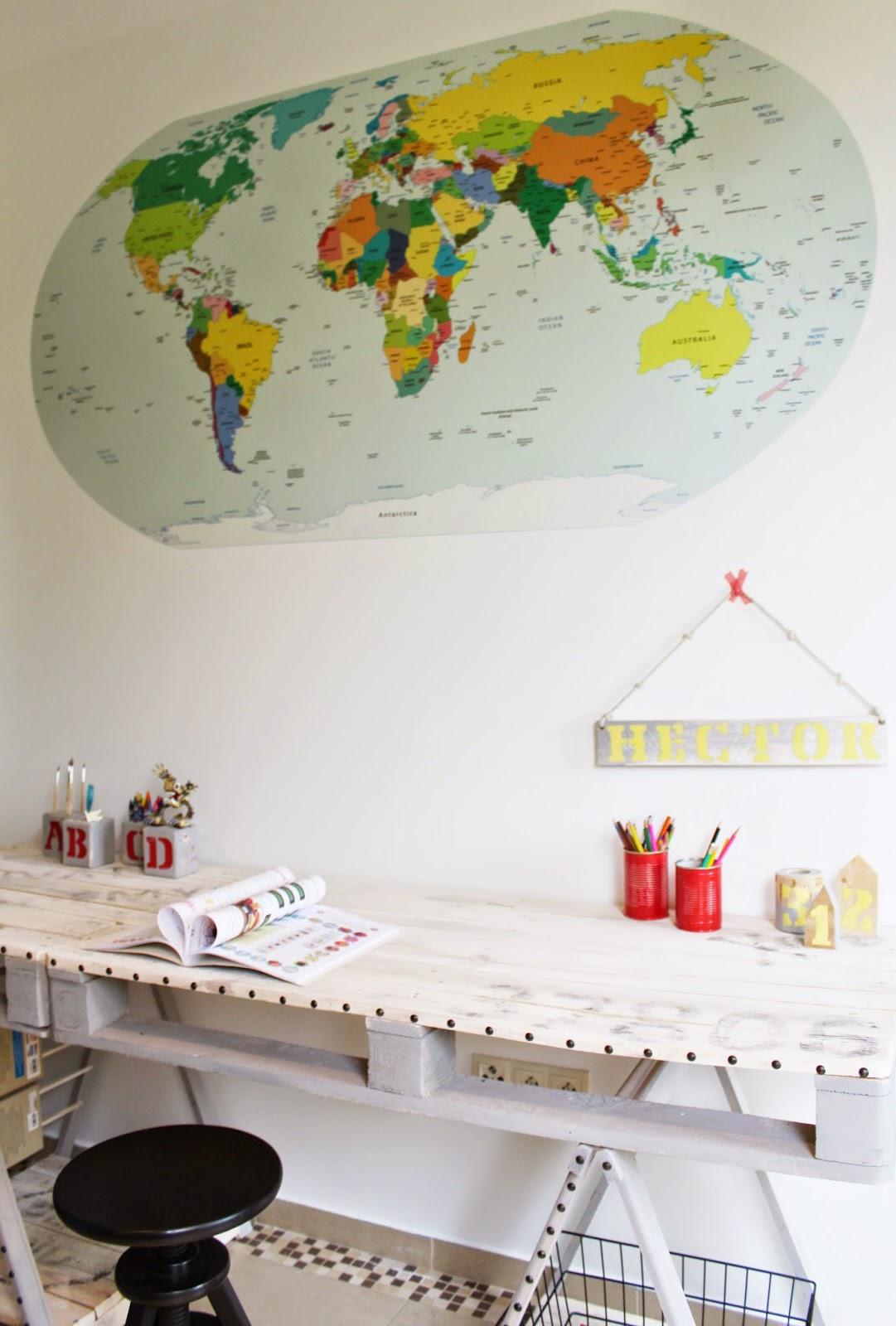 pokój chłopca,jakie kolory w pokoju dziecka, inspiracje pokój dziecięcy,jak naklejać naklejki ścienne krok po kroku,film poklatkowy zmiany w pokoju,blog majsterkowanie DIY,mapa świata,biurko z palet tutorial