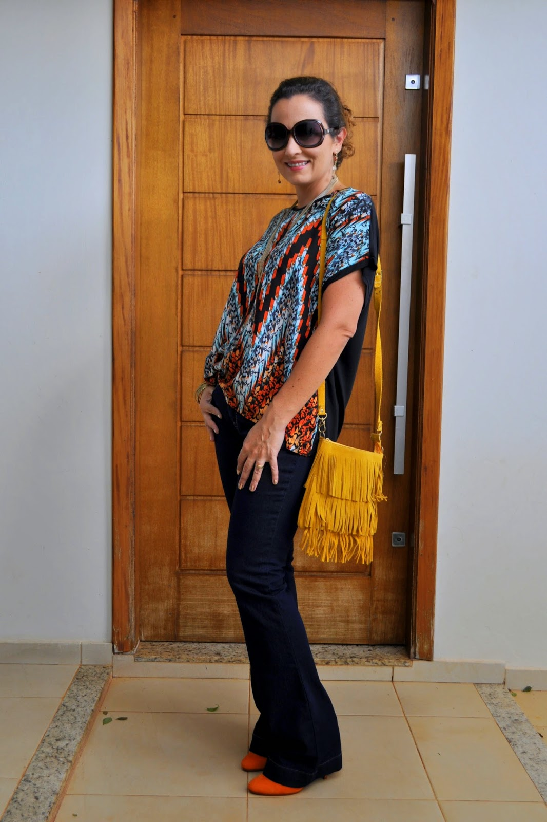estampa étnica e jeans flare
