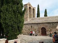 Façana de migdia amb el portal d'entrada de l'església de Santa Maria de la Tossa