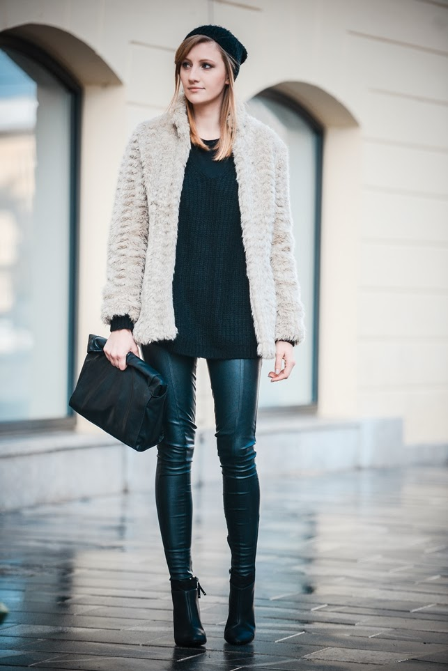 cosmopolitan street style ulični stil, beanie outfit, faux fur jacket beige nude jacket coat, all black outfit look, ootd, style blogger, fashion blogger, topshop leather pants