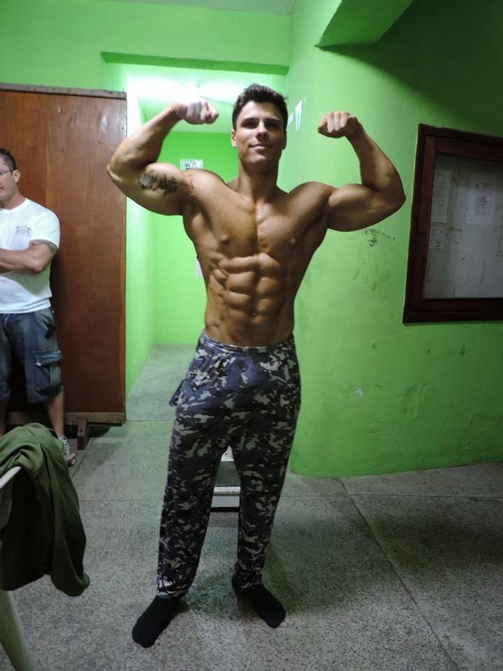 Com 82kg, Gustavo Almeida mostrou o físico rasgado durante a pesagem. Foto: Liga Litorânea IFBB