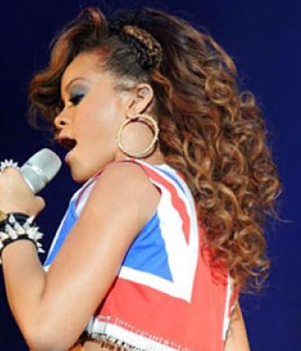 Rihanna karamel saç rengi ve kıvırcık saç modeli